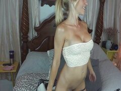 Neighbour surprised by horny mom