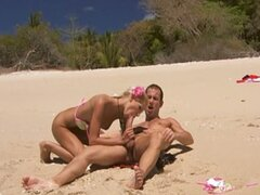 hot couple fuck close to the ocean