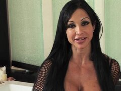 Brunette mom gives amazing oral