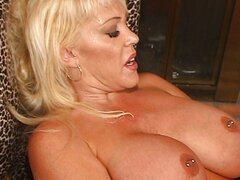 Kandi Cox s busty one woman show