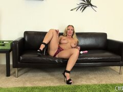 Hot babe Austin pulls her bikini bottoms aside to get at her clit