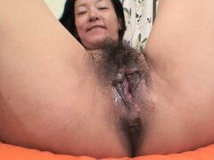This hot MILF knows how to use the toys to make her pussy cream