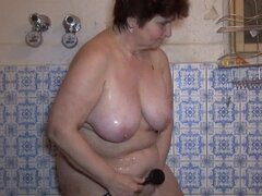 Granny enjoy water masturbation