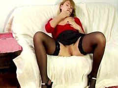 MILF GETS FUCKED ON COUCH BY BF !!