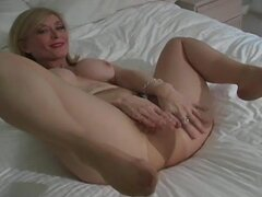 Mature masturbates through her pantyhose