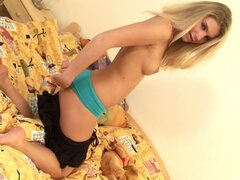 Hdsexy young blonde babe goes solo with her toys