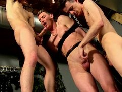 Hardcore gay anal threesome with muscular dudes